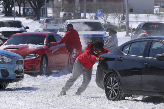 People free their cars from the snow in Waco, Texas.