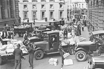 Delivery lorries outside the old Fairfax building on Hunter and O'Connell Streets, before the publishing company moved to Broadway in 1955.
