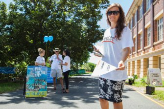 A GetUp volunteer handing out out how-to-vote cards at Ithaca Creek Primary School during the 2015 Queensland election.