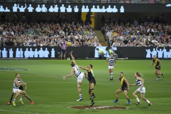The existing rule, which also exists in the AFL and requires teams to break into six pairs of players in each zone for centre bounces, will remain.