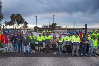 The 2015 picket line outside Woolworths liquor distribution centre at Laverton.