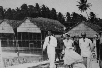 The Queen tours Cocos Island on her homeward voyage from Australia in 1954.