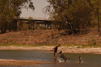 The weir pool at Bourke on the Barwon-Darling River continues to retreat, with town water supplies at 'very high' risk.