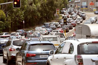 Motorists can avoid lengthy traffic queues leaving Sydney by timing their journey off-peak.