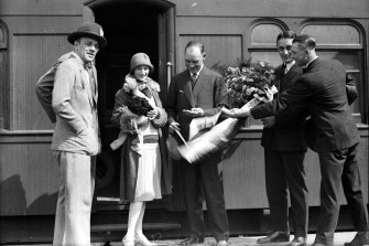 Anna Pavlova makes another grand entrance at another railway station during her tour of Australia.