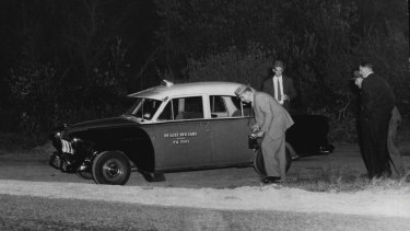 """""""Detectives examining the scene, where Dudley William Woodgate, 26, taxi-driver, of Bondi, was murdered yesterday afternoon. April 30, 1959."""""""