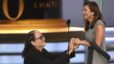 Glenn Weiss proposes to his girlfriend Jan Svendsen at the 2018 Emmy Awards.