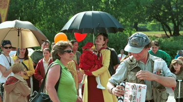 Geena Davis shelters a young co-star from the heat in Central Park during the filming of Stuart Little 2.