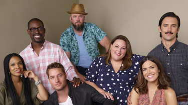 Susan Kelechi Watson, Sterling K. Brown, Justin Hartley, Chris Sullivan, Chrissy Metz, Mandy Moore and Milo Ventimiglia in This Is Us.