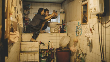 Searching for free Wi-Fi: Park So-Dam and Choi Woo-shik in Parasite.