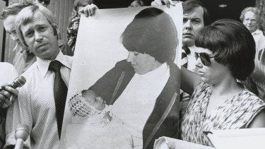 Michael and Lindy Chamberlain on the steps of the Alice Springs courthouse in 1981 with a photo of baby Azaria.