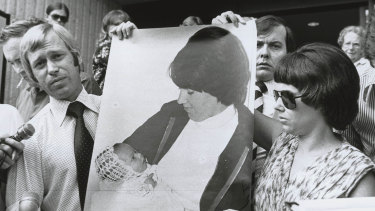 Michael and Lindy Chamberlain with a photo of baby Azaria.