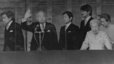 Akihito, à gauche, avec son père Hirohito en 1987.