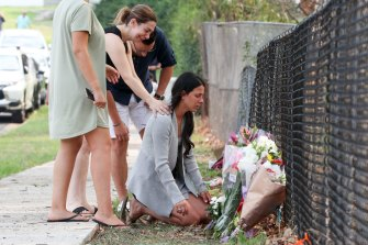 Bunda Leila Abdallah di lokasi di mana tiga anaknya meninggal di Oatlands pada tahun 2020.
