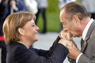 Jacques Chirac greets Angela Merkel in 2007.