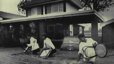 D'Leanne Lewis, Teresa Begg and Yvette Lewis evacuate their Toongabbie home, August 5, 1986.