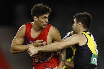 Trent Cotchin grapples with Sean Lemmens.
