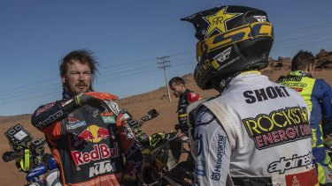 Toby Price, left, talks with American Andrew Short, who lent him a wheel to continue the sixth stage of the Dakar Rally.