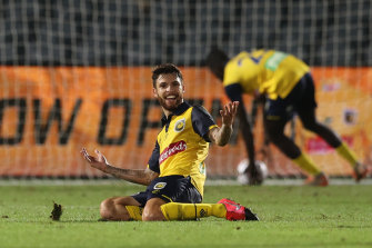 Daniel De Silva's late goal sealed victory for the Mariners.