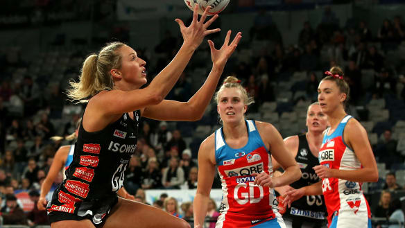 Erin Bell's last-gasp goal forces draw between Magpies and Swifts