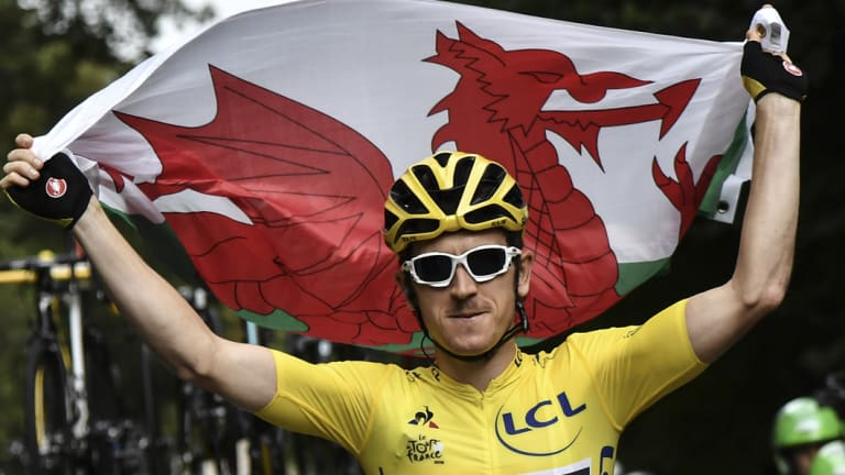 Tour de France winner Geraint Thomas has signed a new deal with Team Sky.