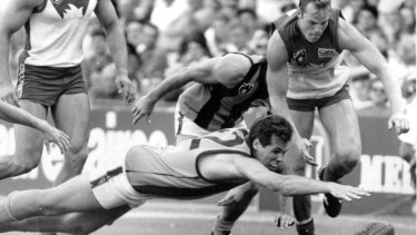 Steve Lawrence in action for Hawthorn against Sydney.
