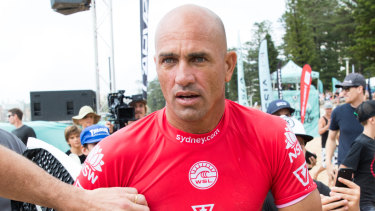 Kelly Slater has crashed out of the Sydney Surf Pro in his second heat.