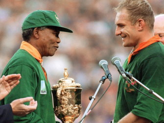 Nelson Mandela presents Francois Pienaar with the Webb Ellis Cup at Ellis Park.