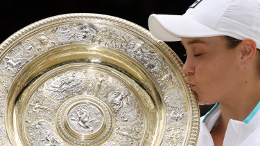 Ash Barty with THAT trophy.