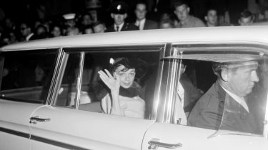 Judy Garland leaving Chevron Hotel for Mascot on May 22, 1964.