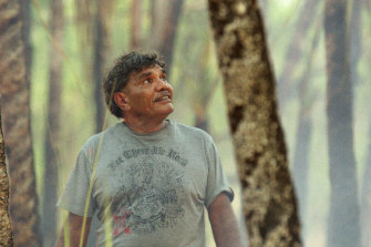 The late Balang, also known as Tom E Lewis, narrates and appears in the film.