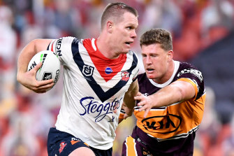 BRISBANE, AUSTRALIA - JUNE 04: Lindsay Collins of the Roosters breaks away from the defence during the round four NRL match between the Brisbane Broncos and the Sydney Roosters at Suncorp Stadium on June 04, 2020 in Brisbane, Australia. (Photo by Bradley Kanaris/Getty Images)