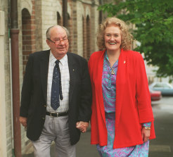 Leo McKern and Dame Joan Sutherland starred in On Our Selection in 1995.