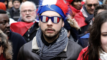 'Red scarves' march in Paris to protest against 'yellow vest' violence