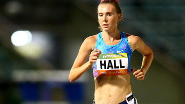 Linden Hall has broken the Australian mile record.
