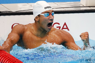 Ahmed Hafnaoui celebrates his surprise victory in the men's 400m freestyle.