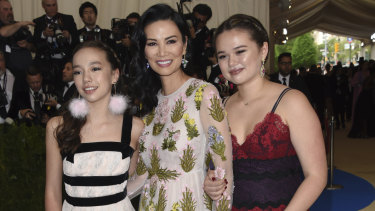 Chloe Murdoch (left) and Grace Murdoch (right) with their mother, Wendi Deng. in 2017.