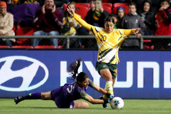 Sam Kerr attempts to get past Chile's goalkeeper Natalia Campos.