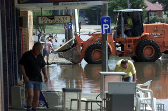 Shopkeepers clean up after flooding in Kempsey in 2001.