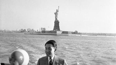 Prince héritier Akihito est photographié lors d'une excursion en bateau autour de l'île de Manhattan à New York en 1960.