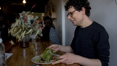Amstell eats a vegan pizza at Shoku Iku in Northcote.