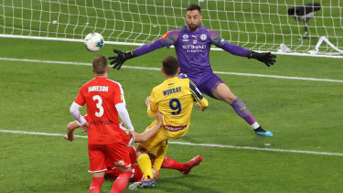 Halving the deficit: Jordan Murray beats City keeper Dean Bouzanis to put the Mariners back in the hunt.
