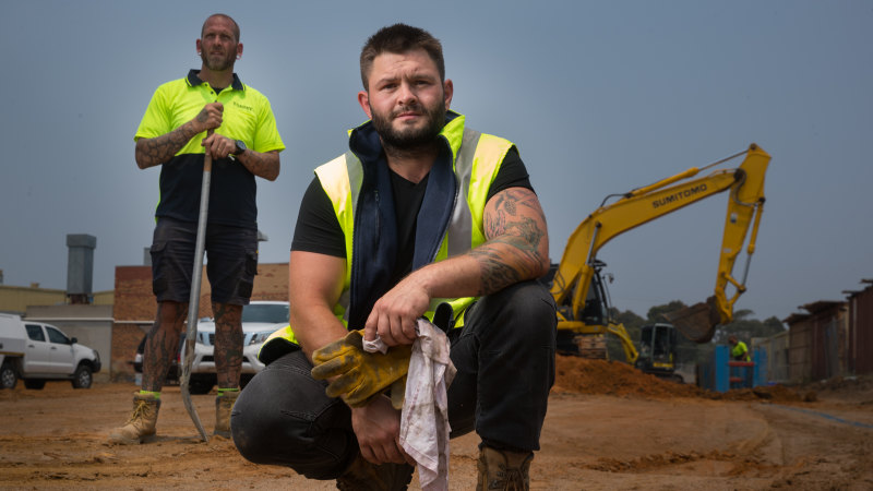 Thousands of tradies sign up to work for free to help fire-hit communities