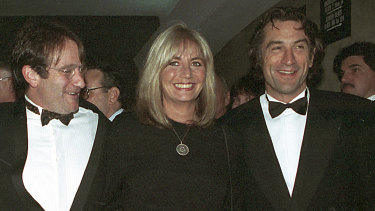 "Penny Marshall poses with co-stars of ""Awakenings"" Robin Williams, left, and Robert De Niro at the 1990 premiere of the film in New York."