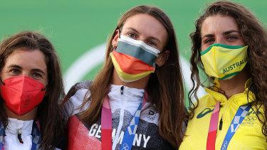 Jessica Fox (R) poses next to winner Ricarda Funk and silver medallist Maialen Chourraut.