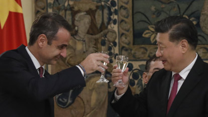 Xi Jinping comes to Greece bearing gifts, lands significant new deals