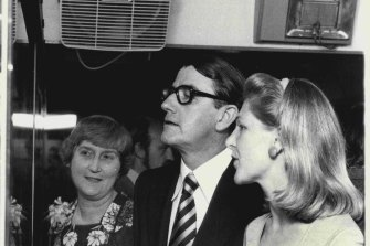 In 1978, then NSW premier Neville Wran launched the Australian Museum exhibition train which would tour country NSW. Pictured inspecting the train are (l to r) Pat McDonald, Mr Wran and Liza Juska, also of the Australian Museum.