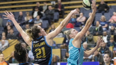 Full stretch: Southside's Bec Cole wins the race to the basket against Canberra's Keely Froling at Dandenong stadium.