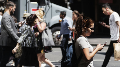 'Smartphone zombies' at risk on Sydney streets, NRMA warns