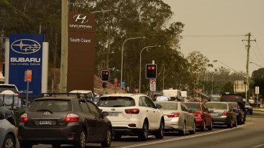 Heavy traffic as people evacuate a smoky Batemans Bay.